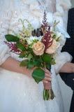 与玫瑰的婚礼花束 免版税库存照片