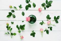 与玫瑰的平的位置静物画 免版税库存图片