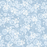与玫瑰的无缝的模式在一个蓝色背景。 图库摄影