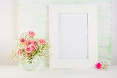 与玫瑰的框架大模型在花瓶 免版税库存图片