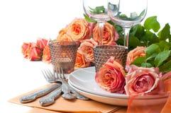 与玫瑰的欢乐表设置 免版税库存图片