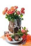 与玫瑰的欢乐表设置 图库摄影