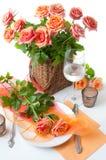 与玫瑰的欢乐表设置 免版税图库摄影