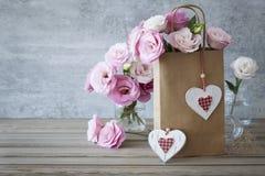 与玫瑰的浪漫减速火箭的样式爱背景 库存图片