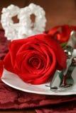 与玫瑰的浪漫桌设置圣华伦泰的 图库摄影