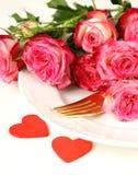 与玫瑰的浪漫桌设置圣华伦泰的 免版税库存图片