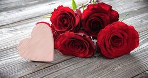 与玫瑰的浪漫花卉在木背景的框架和心脏 库存照片