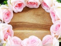 与玫瑰的浪漫花卉框架 免版税库存图片