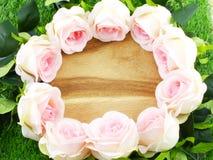 与玫瑰的浪漫花卉框架 图库摄影