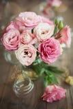 与玫瑰的浪漫静物画在花瓶 免版税库存图片