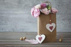与玫瑰的浪漫静物画背景 库存照片