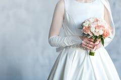 与玫瑰的甜婚姻的花束在新娘的手上 图库摄影