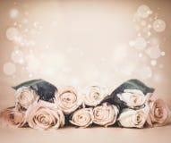与玫瑰的米黄花卉背景在桌和bokeh上 招呼的节假日 图库摄影