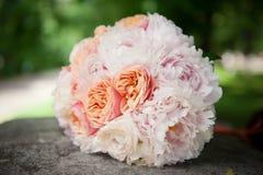 与玫瑰的精美花束在淡色 图库摄影