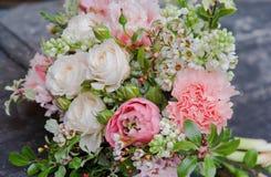 与玫瑰的美丽的白色桃红色婚礼花束 免版税库存图片