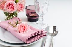 与玫瑰的美好的欢乐桌设置 免版税库存图片