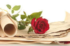 与玫瑰的老羊皮纸和信函 免版税库存照片