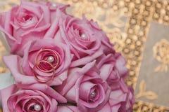 与玫瑰的花束和圆环1873 图库摄影