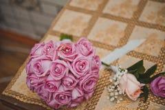 与玫瑰的花束和圆环1870 免版税库存照片