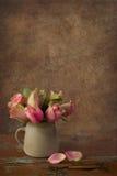 与玫瑰的葡萄酒静物画 免版税库存图片