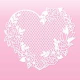 与玫瑰的透雕细工心脏 激光切口模板 图库摄影