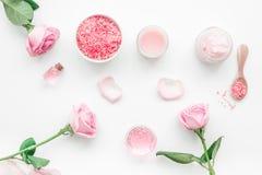 与玫瑰色化妆用品集合、奶油、盐和油的自创温泉在白色背景顶视图 免版税库存图片
