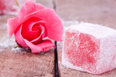 与玫瑰色味道的土耳其快乐糖 免版税库存照片