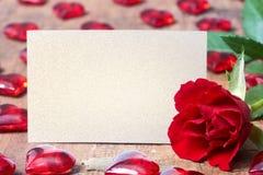 与玫瑰色和心脏的情人节卡片 免版税库存图片