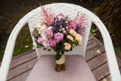 与玫瑰色和淡紫色的婚礼花束 库存图片