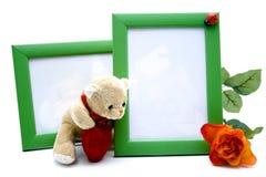 与玫瑰色和长毛绒熊的画框 库存图片