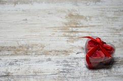 与玫瑰色心脏的木背景 免版税库存图片
