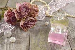 与玫瑰色芬芳的静物画 免版税库存照片
