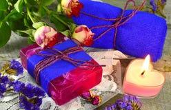 与玫瑰色芬芳的静物画 库存图片