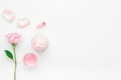 与玫瑰色花和化妆用品的温泉集合在白色书桌背景顶视图大模型的身体的 图库摄影