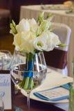 与玫瑰色花束的婚礼桌。 免版税库存图片