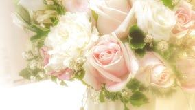 与玫瑰色花束的抽象模糊的背景 免版税库存照片