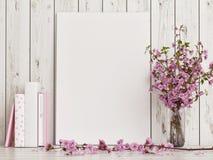 与玫瑰色花装饰的假装海报在白色木地板上 免版税库存图片
