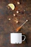 与玫瑰色芽的Rooibos干茶叶 免版税库存照片