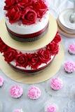 与玫瑰色deco的美丽的婚宴喜饼 库存图片