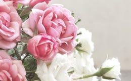 与玫瑰花束的花卉背景  与花的长方形照片 免版税库存照片