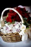 与玫瑰花瓣的花篮子在袋子 免版税图库摄影