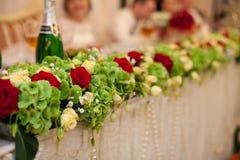 与玫瑰fo的时髦的豪华金黄装饰焦点桌 免版税图库摄影