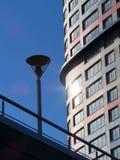 与现代大厦skys的未来派建筑学都市风景视图 免版税库存图片