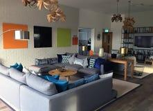 与现代家具的现代休息室区域风景 库存图片