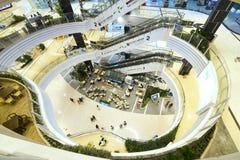 与现代建筑学的商城被装备的几个地板 库存图片