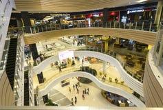 与现代建筑学的商城被装备的几个地板 免版税图库摄影