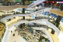 与现代建筑学的商城被装备的几个地板 库存照片