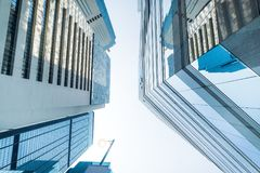 与现代摩天大楼和c的抽象未来派都市风景视图 库存照片