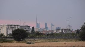 与现代摩天大楼的地平线从有交通的郊区在高速公路 米兰,意大利,但是能是所有主要城市 股票视频