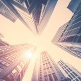 与现代摩天大楼的抽象未来派都市风景视图 洪 库存照片